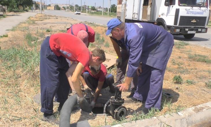 На окраине Астрахани косят камыш и меняют трубы