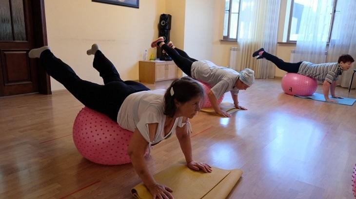 Астраханские пенсионерки активно занимаются фитнесом
