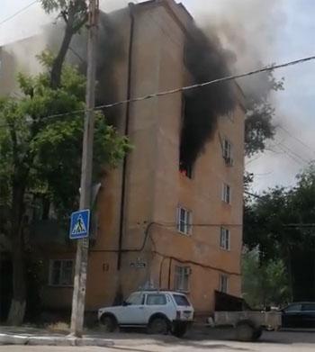 В День России в Астрахани сгорели квартира и дом