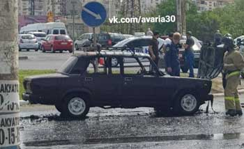 В Астрахани снова полыхнул автомобиль на проезжей части (ВИДЕО)