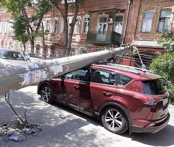 В центре Астрахани падают столбы ЛЭП