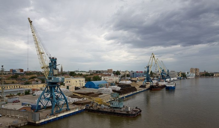 В астраханском порту понарошку разлилась нефть