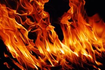 Ночью в Володарском районе загорелось авто