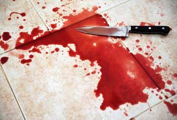 Жительница Астрахани продолжала мыть пол возле умирающего раненого знакомого
