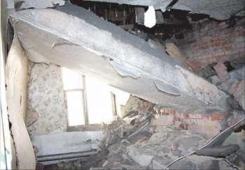 На улице Володарского потолок квартиры ночью обрушился на пенсионерку