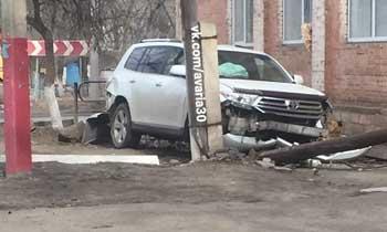 """В Трусовском районе """"Тойота"""" пыталась снести столб"""