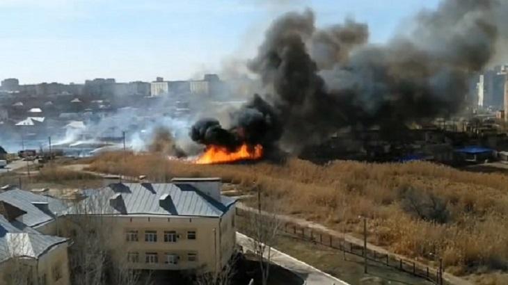 В Астрахани полыхает камыш