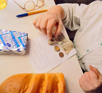 Астраханец обокрал приютившего его старика, спаивая жертву на её же деньги