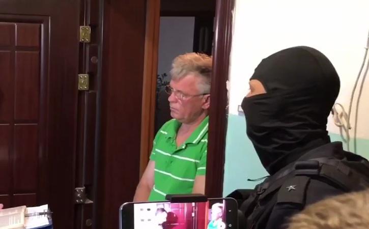 Кадры обыска на квартире у астраханского министра