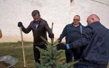 Губернатор с депутатами вышли на субботник у стен кремля