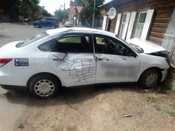 В Астрахани таксист врезался в дом