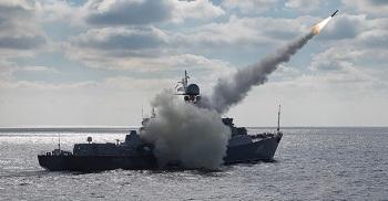 Атака с моря. В первом эшелоне десанта находились бойцы батальона морпехов Каспийской флотилии