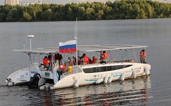 В Астрахань из Санкт-Петербурга приплывает катамаран на солнечных батареях