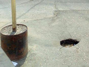 В центре Астрахани в яму в асфальте упала девочка