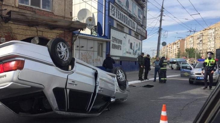 В Астрахани перевернулся автомобиль, его пассажирка пострадала