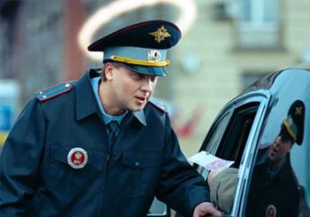 Двое полицейских получили взятку у здания администрации в Астраханской области