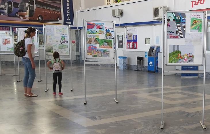Выставка рисунков «Детская безопасность на железной дороге» открылась в Астрахани