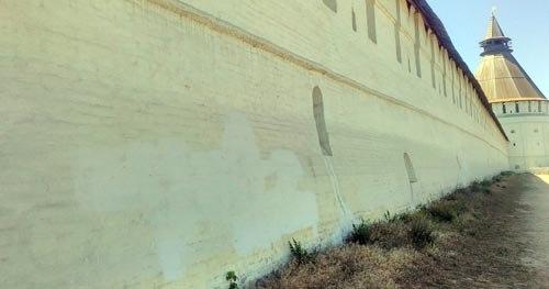 Следы вандализма на Астраханском кремле закрасили, самих вандалов пока не нашли
