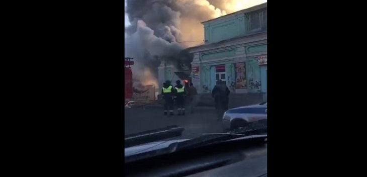 На правобережье Астрахани горит рынок