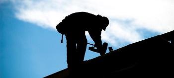 По факту гибели рабочего во время ремонта крыши в Астрахани проводится проверка