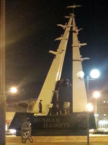 Юные астраханцы превратили в аттракцион памятник погибшим на ВОВ