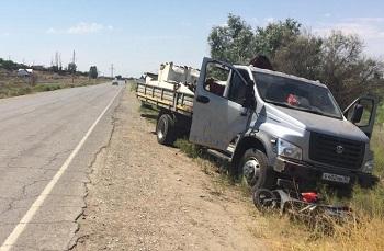 В Икрянинском районе скутер врезался в грузовик