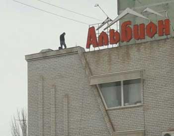 """В Астрахани на крыше гостиницы """"Альбион"""" ловили грешника"""