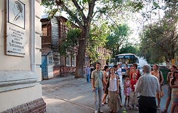 Автобусная экскурсия «По Хлебниковским местам в Астрахани» к 300-летию Астраханской губернии продолжает набирать обороты