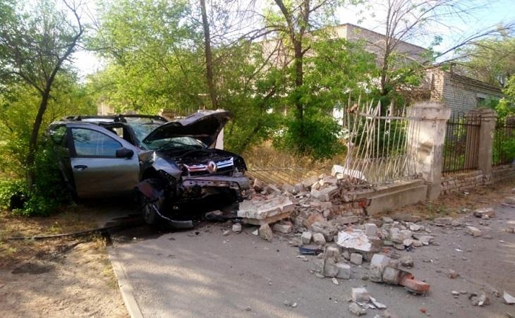 Под Астраханью иномарка протаранила забор