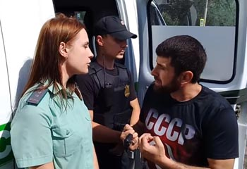 Общественники пытались сорвать рейд налоговиков, приставов и полиции в Астрахани