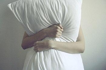 Многодетная мать задушила подушкой спящего мужа