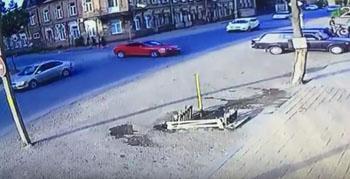 В Астрахани водительница иномарки врезалась в дерево