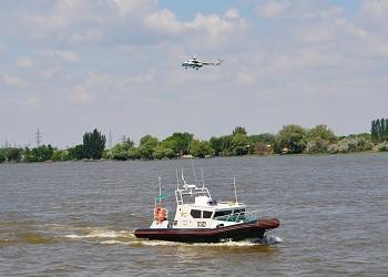 Астраханские таможенники провели учения по взаимодействию водных и воздушных таможенных судов. ВИДЕО