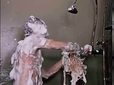Пьяная женщина обчистила мывшегося мужчину