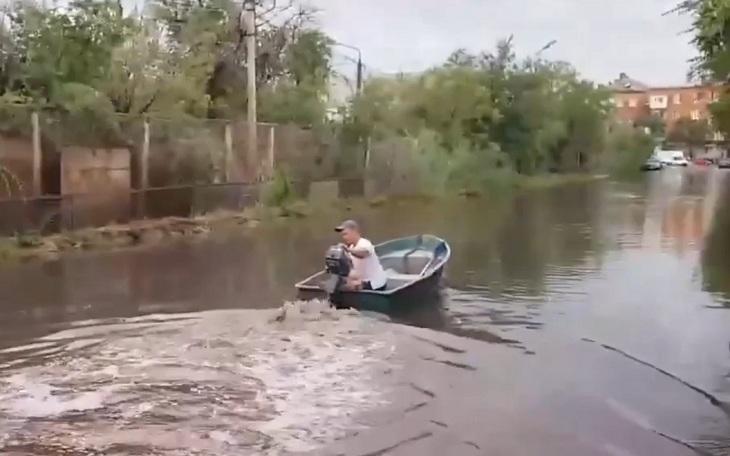 Экстремал проехал на моторной лодке по улице Астрахани после дождя