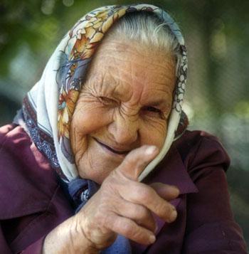 Старушка стибрила дорогой мобильник у аптекарши в Астрахани