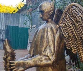 Скульптор-астраханец изваял Путина с телом медведя, крыльями и осетром в лапах