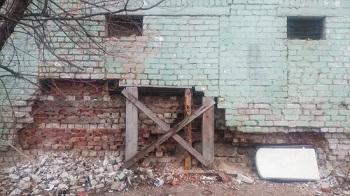 В Астрахани разрушается дом