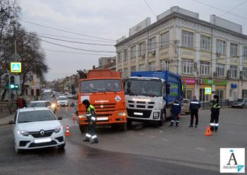 В центре Астрахани столкнулись два мусоровоза