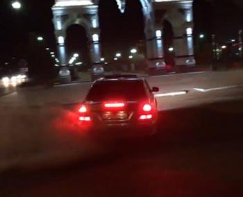 «Суету наводим, Джонни». Иномарка устроила дрифт у триумфальной арки в Астрахани