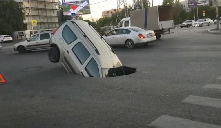 В Астрахани автомобиль ушёл в асфальт посреди дороги