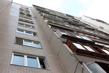 На Бульваре Победы упал с 13 этажа молодой парень