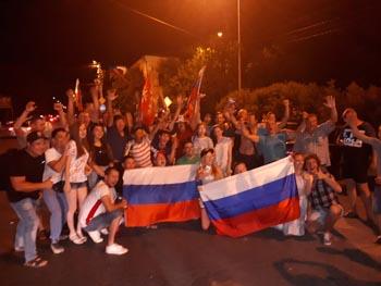 Астраханцы ликуют, празднуя победу сборной России над Испанией