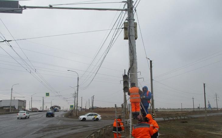 По поручению Радика Харисова в Астрахани устанавливают светофор