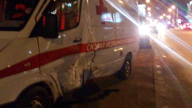 В Астрахани легковушка врезалась в машину скорой помощи