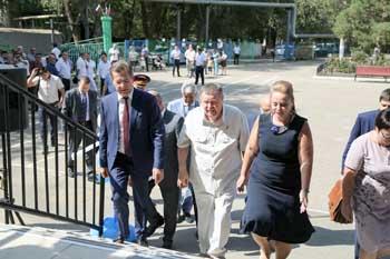 Владимир Устинов и Александр Жилкин побывали на праздничной линейке в астраханской гимназии №1