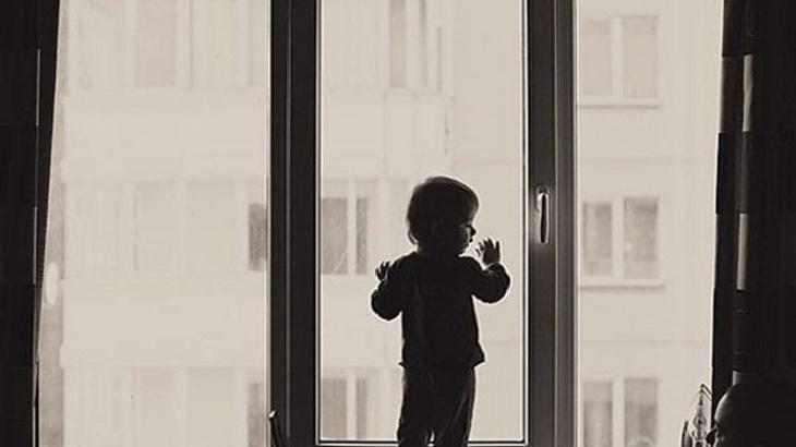 Двухлетний мальчик выпал из окна астраханской многоэтажки