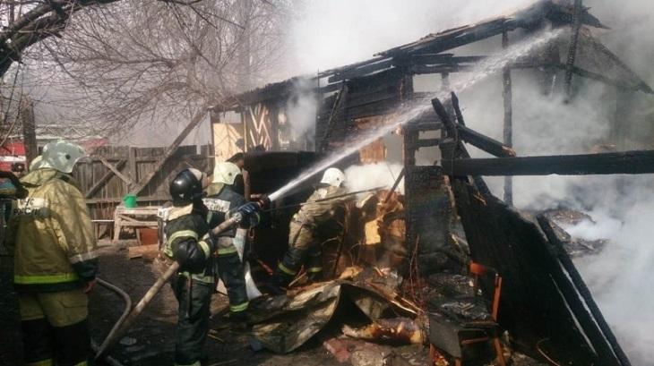 В Правобережье Астрахани горит барак