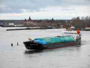 В Астрахани из сухогруза растеклось по реке топливо