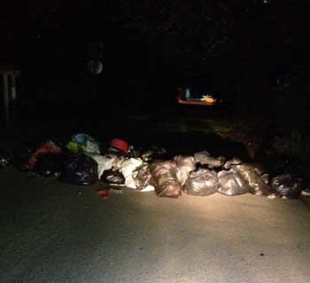 Ночью в Астрахани неизвестные снова устроили мусорную баррикаду